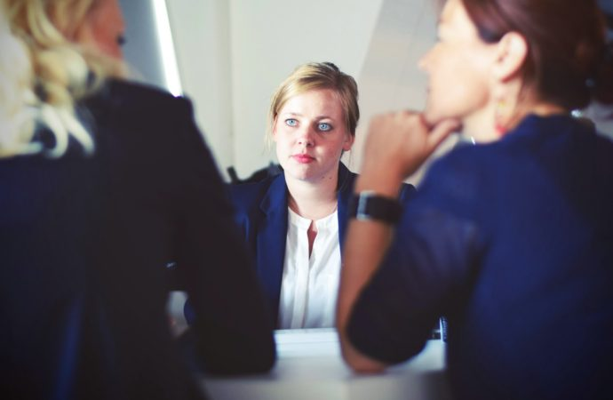 Mujeres dudan al hablar de sus hijos al emplearse
